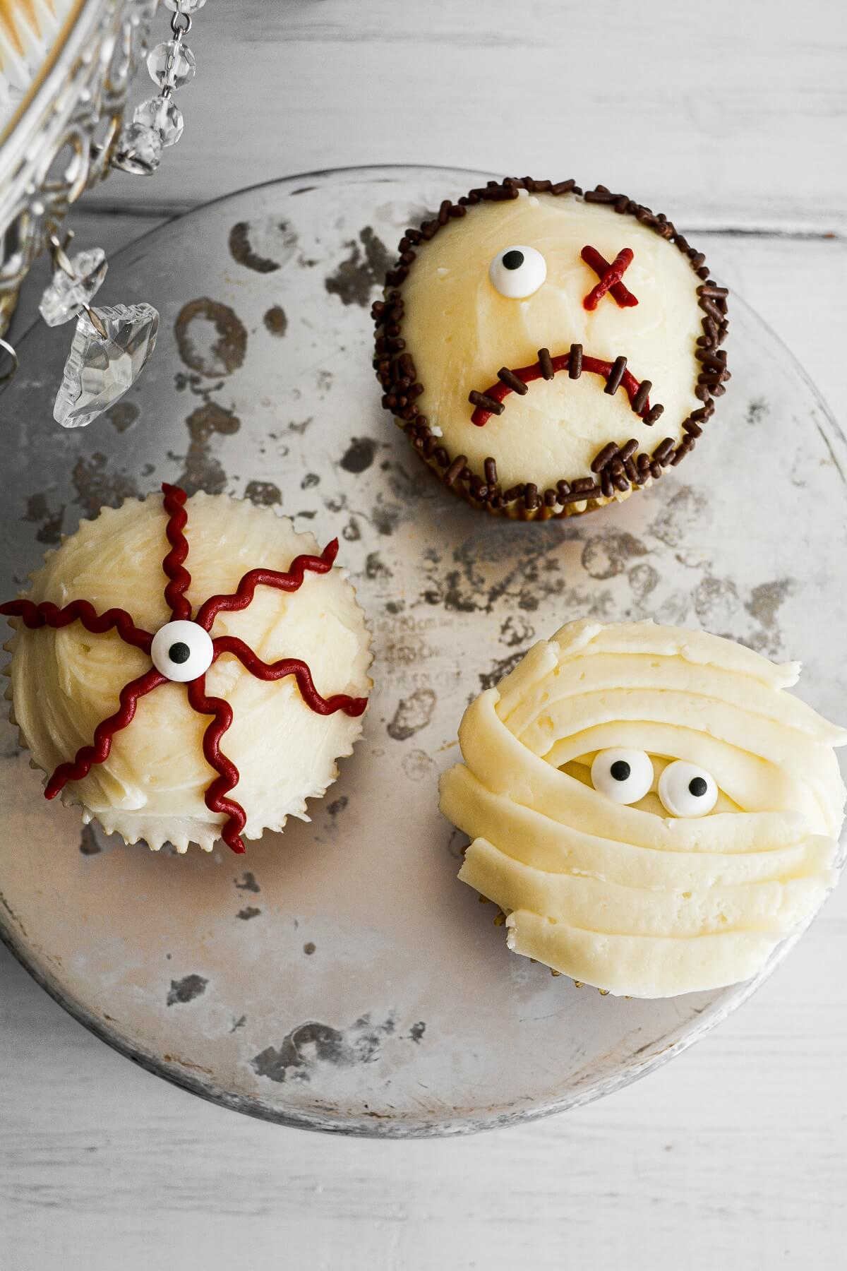 Halloween cupcakes with an eyeball, zombie and mummy.